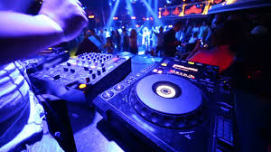 Come scegliere il DJ giusto per la propria festa o cerimonia